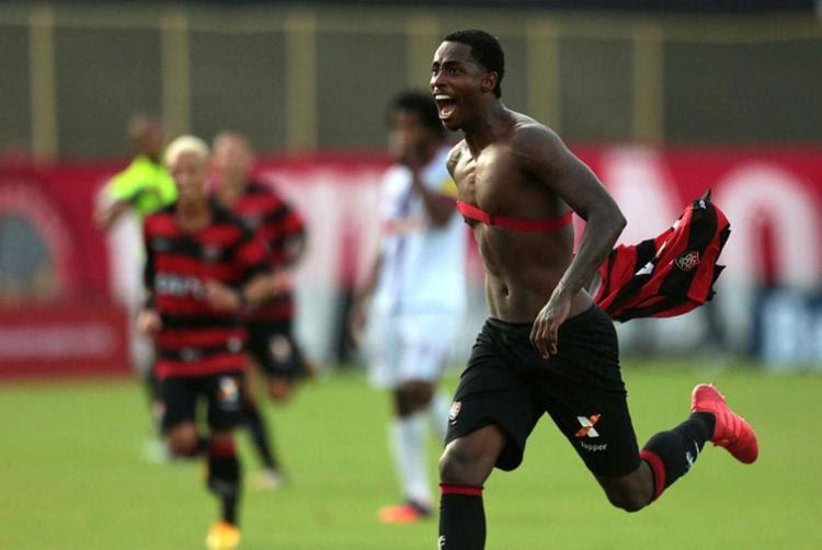 Denilson marcou o terceiro gol do Leão - Foto: Raul Spinassé   Ag. A TARDE