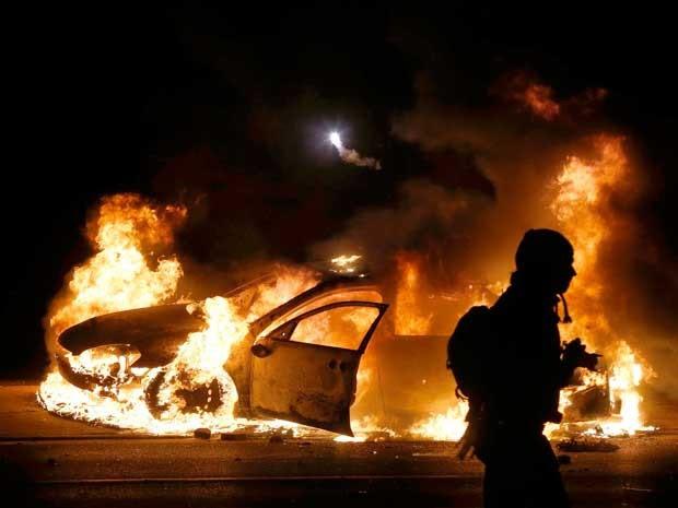Carro da polícia é incendiado em Ferguson. (Foto: Jim Young / Reuters)