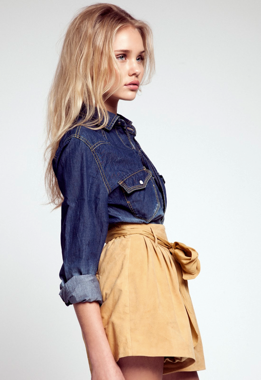 LE FASHION BLOG MODEL CRUSH BROOKE PERRY BELLAZON SHOOT PHOTOS BY ANTHONY ARQUIER NATURAL BEAUTY LOOSE BLONDE WAVES DARK DENIM WESTERN INSPIRED BUTTON UP TAN YELLOW FULL SHORTS PAPER BAG WAIST TIE 5