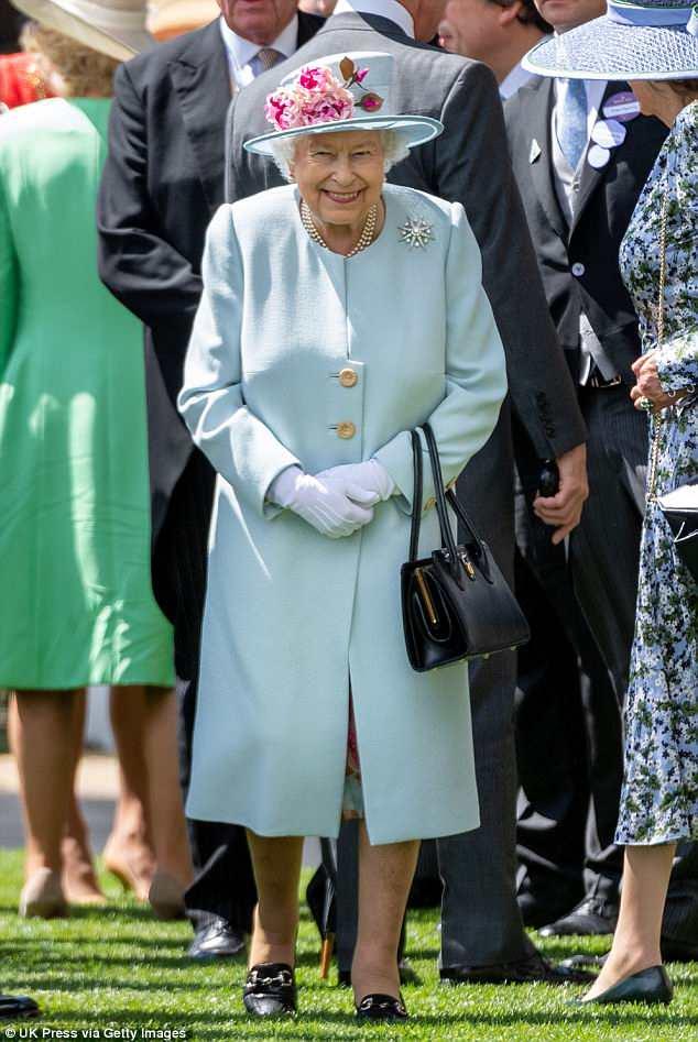Convidado de honra!  A Rainha estava toda sorridente hoje quando entrou no desfile do Royal Ascot, conhecido por ser um dos seus eventos favoritos do ano.