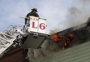 Bombeiros usam escada para combater o incêndio (Foto: Rodrigo Santos Barbosa)