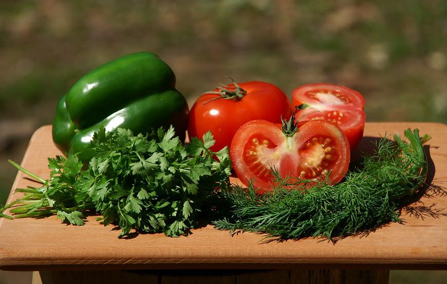 Овочі: помідори, солодкий перець, зелень
