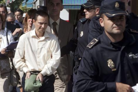 José Bretón, esposado, en el Parque Cruz Conde. | Madero Cubero