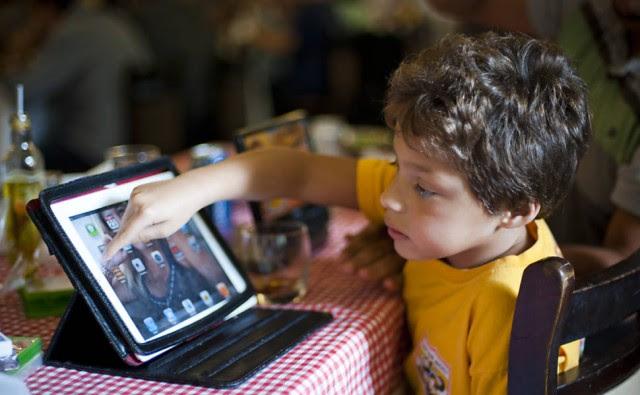Breno Soderi Carvalho, 6, que gosta de ver 'Cocoricó' na tela do tablet. Foto: Isadora Brant / Folhapress