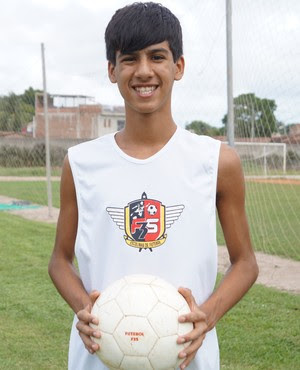 Mizael Martins escolinha dindim  (Foto: Augusto Gomes/GloboEsporte.com)