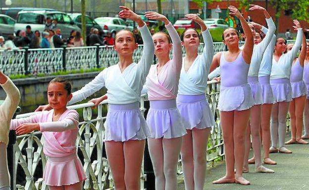Espectáculo de danza en la barandilla del canal de Dunboa