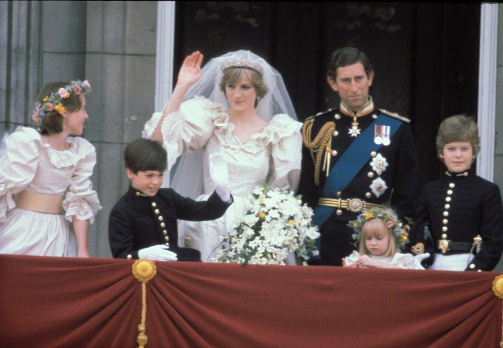 Diana de Gales y Carlos de Inglaterra, en el balcón de palacio el día de su boda el 29 de julio de 1981.