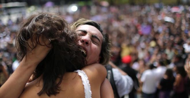 Centenares de personas a las puertas de las Cámara Municipal de Río de Janeiro para asistir al funeral de la concejala brasileña Marielle Franco. EFE