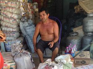 Além de produzir farinha, Raimundo Nonato agora é comerciante (Foto: Clarissa Carramilo/G1)