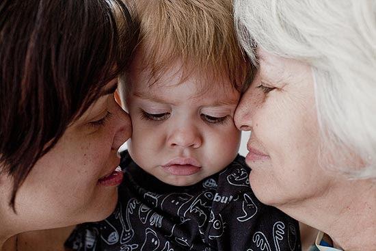 Heitor, 1 ano e 7 meses, entre a mãe, Débora Ramos Batista, 37, e a avó, Beatriz
