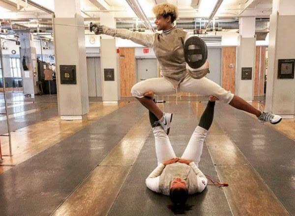 Nzingha Prescod, 23 anos, brinca durante prática de esgrima nos Estados Unidos (Foto: Reprodução/Instagram)