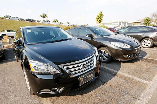 Um carro novo (esq.) e um antigo da frota oficial do Senado, no estacionamento da Casa