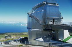 La struttura in metallo che ospita il TNG, progettata per ridurre al massimo la turbolenza atmosferica attorno al telescopio, non è esteticamente valida quanto le tradizionali cupole, ma permette osservazioni di migliore qualità.
