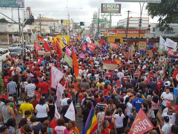 Manifestantes saíram em caminhada por volta das 16h (Foto: Thyago Macedo/G1)