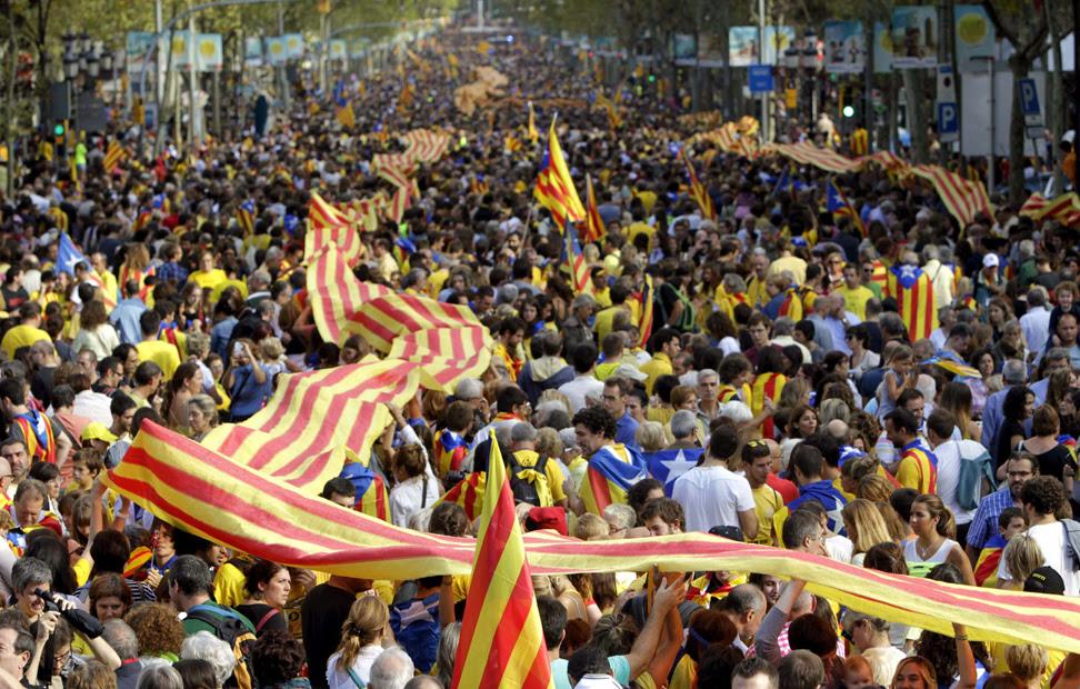 Miles de personas congregadas en el Paseo de Gracia.- Toni Albir (EFE)
