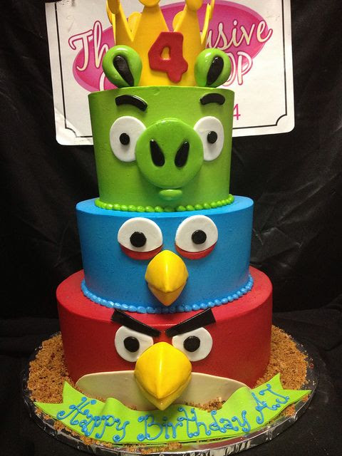 Angry birds cake of course I could do this for the next kiddy birthday cake! Look how easy it is! #CaydenDaniel.  @Tiffany Christiansen look at what we can make!