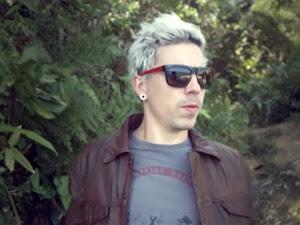 Di Ferrero, cantor do NX Zero, no clipe de 'Ligação' (Foto: Divulgação)