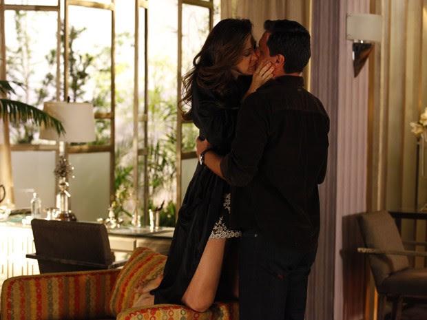 Lívia não resiste ao charme de Théo e se joga em seus braços (Foto: Salve Jorge/TV Globo)