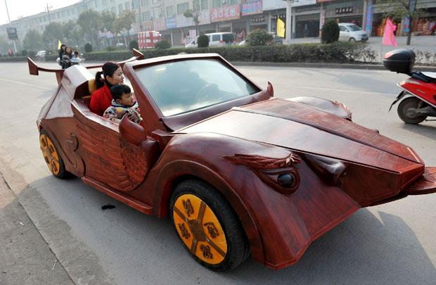 Yu Jietao, de 26 anos, construiu carro de madeira (Foto: Reuters)