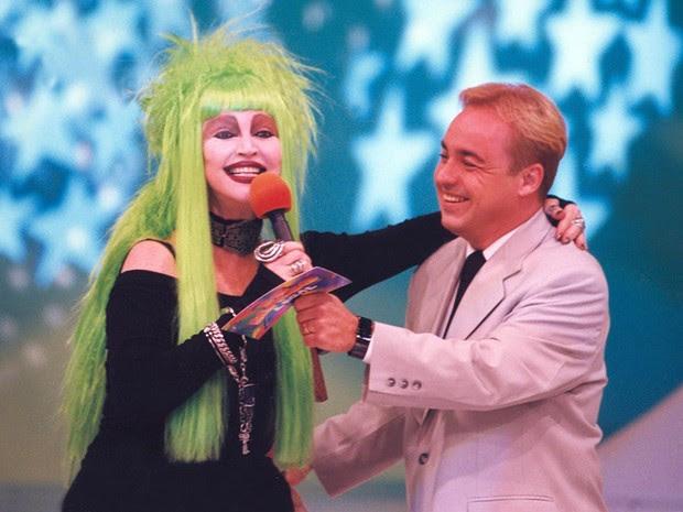 A modelo e atriz Elke Maravilha participa do programa 'Domingo Legal', do SBT, apresentado por Gugu Liberato, em novembro de 1997 (Foto: Epitácio Pessoa/Estadão Conteúdo/Arquivo)