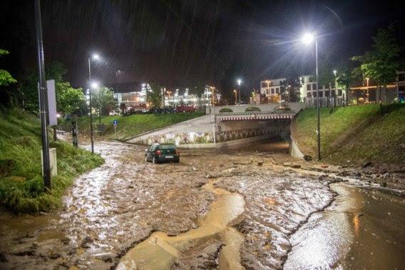 Ein Fahrzeug steht am 30.05.2016 in Schwäbisch Gmünd (Baden-Württemberg) auf einer überfluteten Straße im Schlamm. Nach starken Regenfällen wurden zahlreiche Unterführungen und Straßen überschwemmt. Foto: Sven Friebe/dpa (zu dpa: «Vermutlich drei Tote nach Überschwemmungen in Baden-Württemberg» vom 30.05.2016) +++(c) dpa - Bildfunk+++