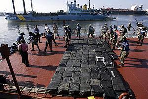 Militares mexicanos descargan los paquetes de 'coca' en Salina Cruz. (Foto: AFP)