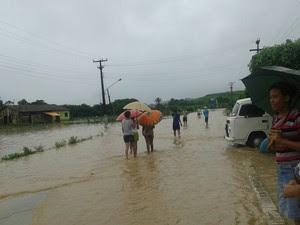 Rio transborda em Jacuípe e deixa ruas alagadas (Foto: Thaisa Oliveira/Arquivo pessoal)
