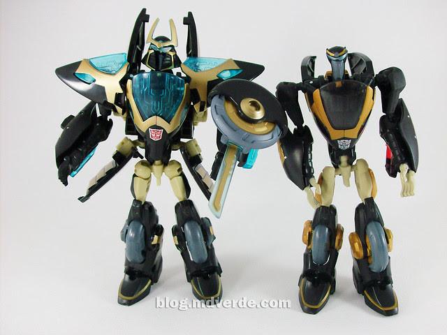 Transformers Samurai Prowl Animated Deluxe Takara vs Hasbro - modo robot