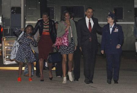 Família Obama no embarque para o Brasil: a caçula Sasha, a primeira-dama Michelle, a outra filha do casal, Malia, e o presidente