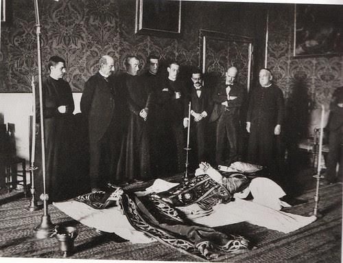 Cadáver del Cardenal Monescillo  en la antecámara de su dormitorio en el Palacio Arzobispal. 11 de agosto de 1897. Fotografía de Lucas Fraile. Archivo Municipal de Corral de Calatrava