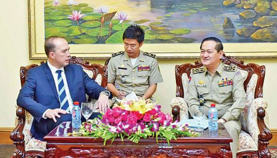 Australian Minister for Immigration Peter Dutton (left) talks with immigration chief Sok Phal (right) about refugee resettlement last year at the Ministry of Interior in Phnom Penh. Immigration Department
