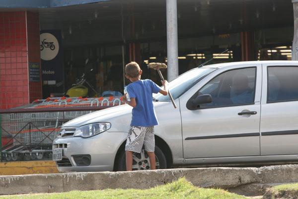 Criança de 13 anos vai para as ruas ver se consegue dinheiro para ajudar família em casa
