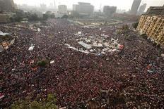 """Un grupo de manifestantes durante una protesta en contra del presidente egipcio, Mohamed Mursi, en la plaza Tahrir de El Cairo, jul 3 2013. El asesor de seguridad nacional del presidente egipcio, Mohamed Mursi, dijo el miércoles que se estaba produciendo un """"golpe militar"""" después de que se cumpliera la hora límite que las Fuerzas Armadas le dieron al líder islamista para llegar a un acuerdo sobre el futuro político del país. REUTERS/Suhaib Salem"""