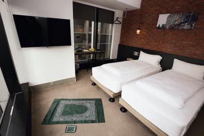 台灣努力整備穆斯林友善環境,圖為台北市雀客旅館的「穆斯林友善客房」,房內標示麥加方向,提供祈禱拜毯,浴室內並設有淨下設施。