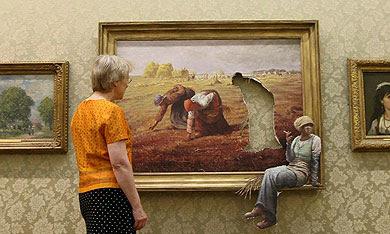 La mano de Banksy se extiende por todo el museo. | Efe