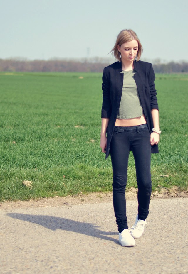 asos boyfriend rolled sleeves crop t shirt top rayban aviator sunglasses zara skinny jeans black asos dino flatforms h&m boyfriend blazer outfit post fashion blogger turn it inside out belgim