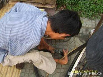 foot-tire02 Handless Man Uses Feet to Repair Tires picture