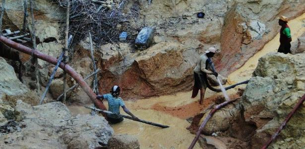 Extração de ouro em garimpo na região do rio Tapajós, no oeste do Estado do Pará
