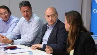 Imatge d'arxiu del ministre, entre Xavier García Albiol i Alícia Sánchez-Camacho, assistint a una reunió del PPC (ACN)