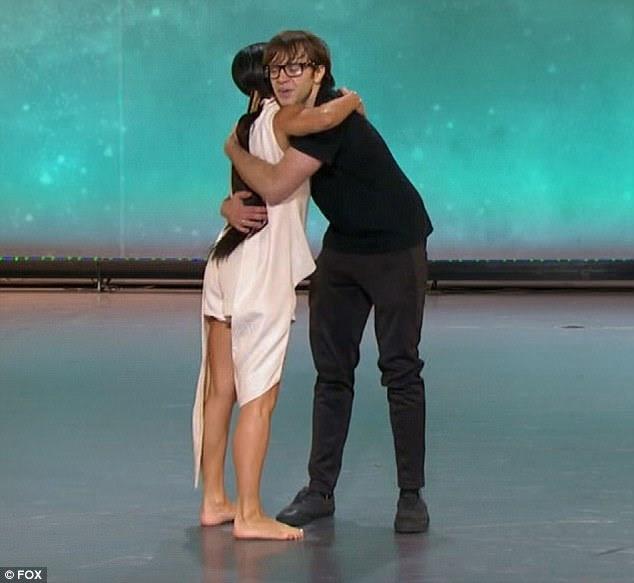Grande abraço: Vanessa e Luke abraçaram-se depois de sua performance improvisada