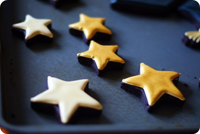 adding gold luster dust to cookies ::: bake at 350 blog