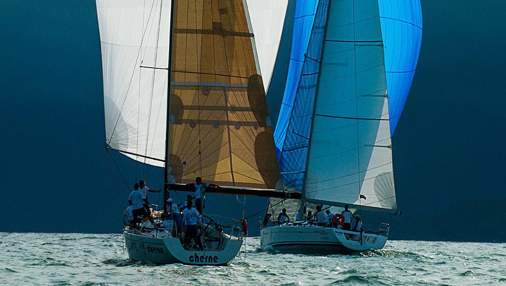 Ubatuba Sailing Week em fotos, imagem de dois veleiros com vela balão