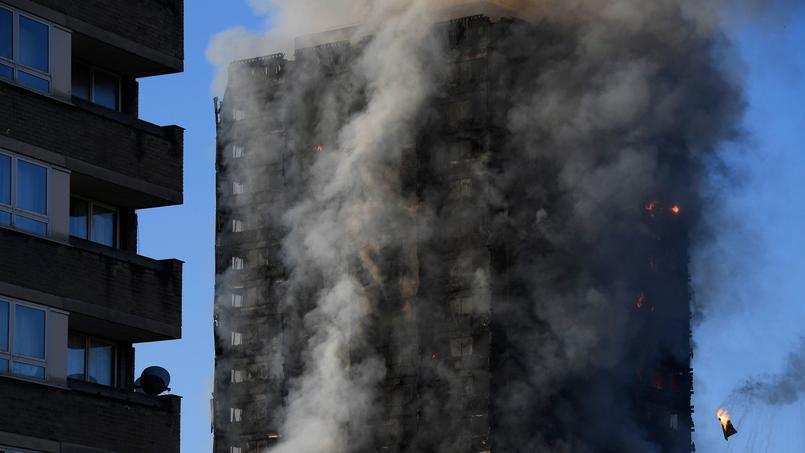 La police a précisé que des évacuations de personnes, bloquées dans l'immeuble à cause de la fumée dense, se poursuivaient mercredi matin.