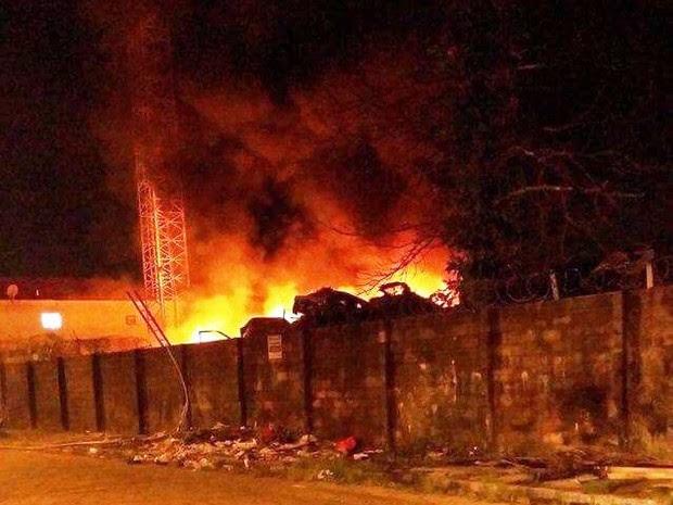 Fogo começou no fim da madrugada (Foto: G1)