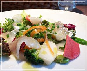 魚介がおすすめダカッパの、最初のお皿はカルパッチョ。