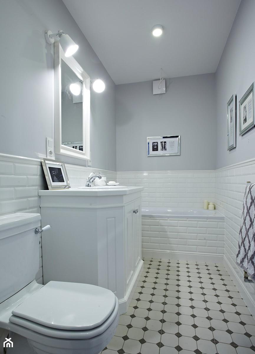 50 m2 Nowego Jorku - Mała biała szara łazienka w bloku bez ...