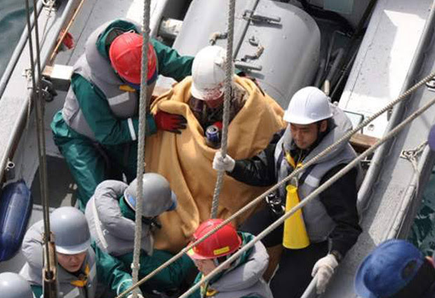 Hiromitsu Shinkawa foi enrolado num cobertor após o resgate (Foto: AP/Ministério da Defesa)