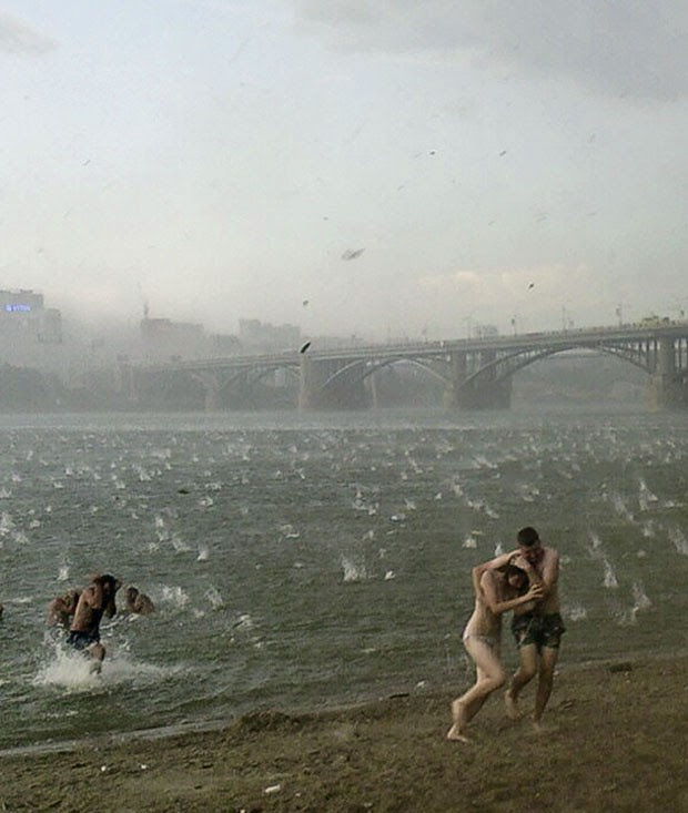 Chuva de granizo na Sibéria (Foto: AP Photo/Nikita Dudnik)