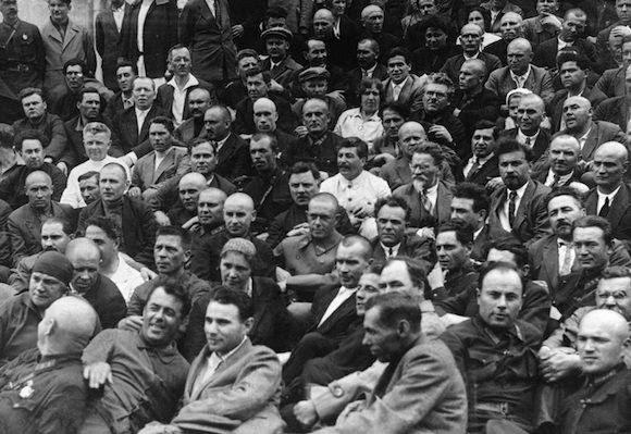 Stalin (al centro, con chaqueta blanca) y Trostky (con gafas) en Moscú. Foto: AP