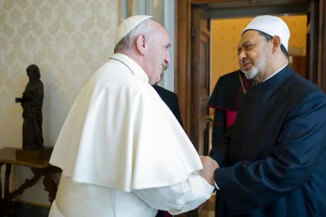 Pope Francis meets with the grand imam Sheik Ahmed Muhammad Al Tayyib at the Vatican May 23, 2016. Credit: L'Osservatore Romano.